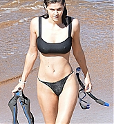 Alexandra_Daddario_-_smolders_in_a_black_bikini_on_the_beach_in_Maui2C_Hawaii__12012020-09.jpg